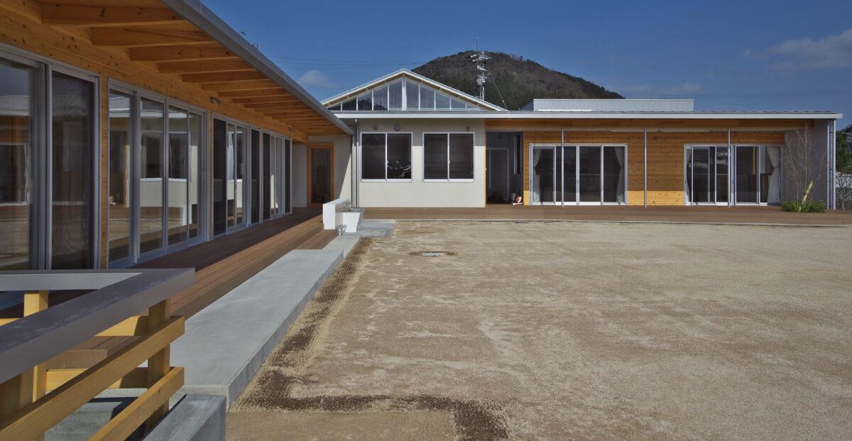 写真2:屋外全景園庭側