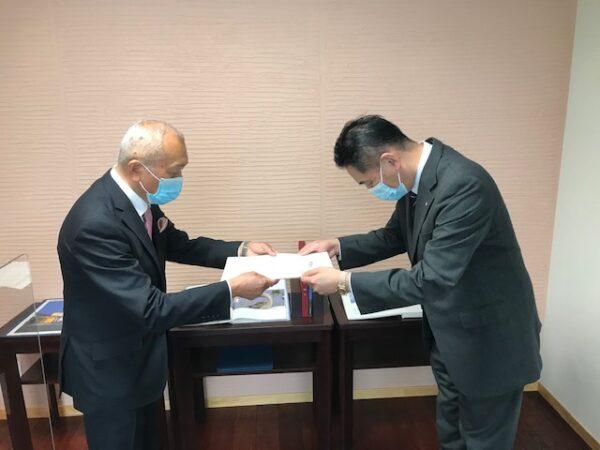 新谷山陰NWC所長から佐藤社長へ感謝状贈呈(2)